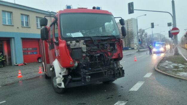 Zderzenie na Bemowie. Zniszczony wóz strażacki, dziecko w szpitalu