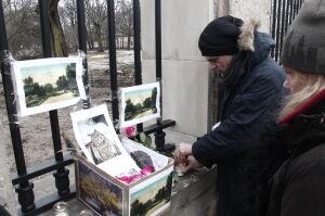 Symboliczny grób sowy przy Ogrodzie Krasińskich