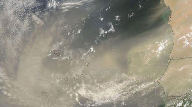 Pył znad Sahary nad wyspami Republiki Zielonego Przylądka. Zdjęcie wykonano 30 lipca 2013 roku (NASA)