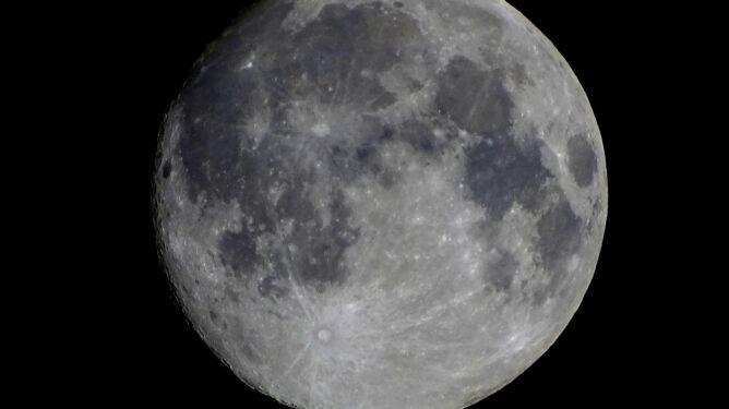 Internauci zachwyceni księżycem. Już wysyłają zdjęcia