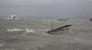 Łodzie zostały uszkodzone w wyniku silnego wiatru