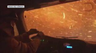 Przejazd strażaków przez płomienie w Nevadzie